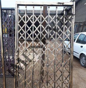 عکس درب اکاردئونی دو جداره با تسمه نقش دار