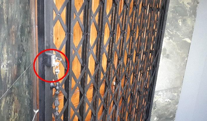 عکس قفل درب اکاردئونی چیست و چه کاربردی دارد؟